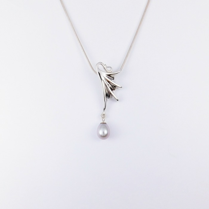 flutterby_small_pendant_with_grey_pearl_crop