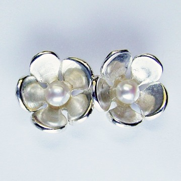 hawthorn_pearl_stud_earrings_crop