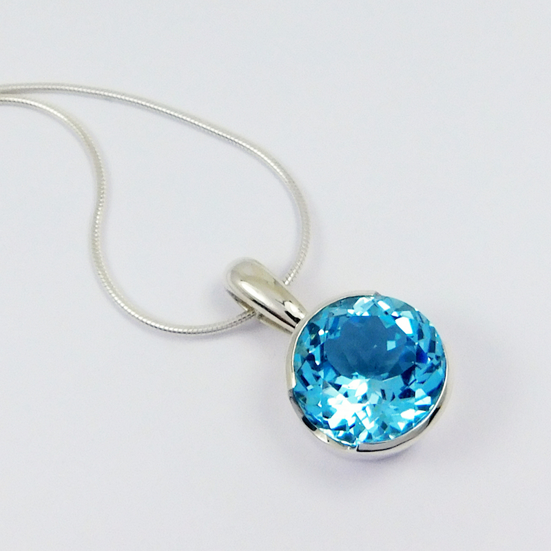 round_silver_cocktail_pendant_with_swiss_blue_topaz_crop