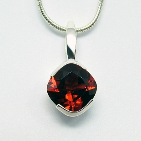 garnet_8mm_x_8mm_silver_cocktail_pendant